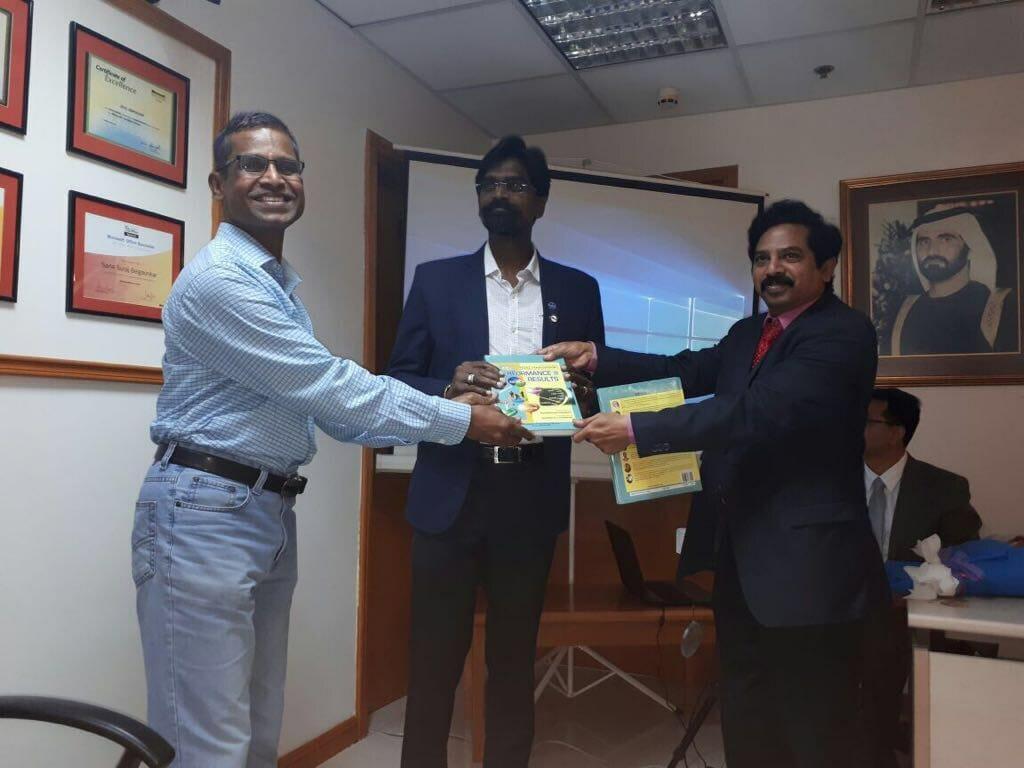 قام الدكتور أرون براساد، الأستاذ المشارك والشريك الاستشاري في جامعة دبي، بحضور وتقديم كلمة رئيسية خلال حدث إطلاق وتوقيع كتاب لدى شركة إدارة موارد بشرية محلية.