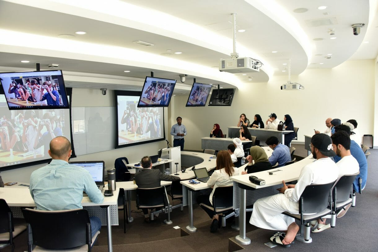 وتناولت الجلسة أهمية دراسة الواقع الافتراضي في تنفيذ استراتيجيات الأعمال وسلطت الضوء على مراحل تطورهذه التكنولوجيا من مجرد أداة للترفيه والألعاب إلى الصناعات الأخرى.