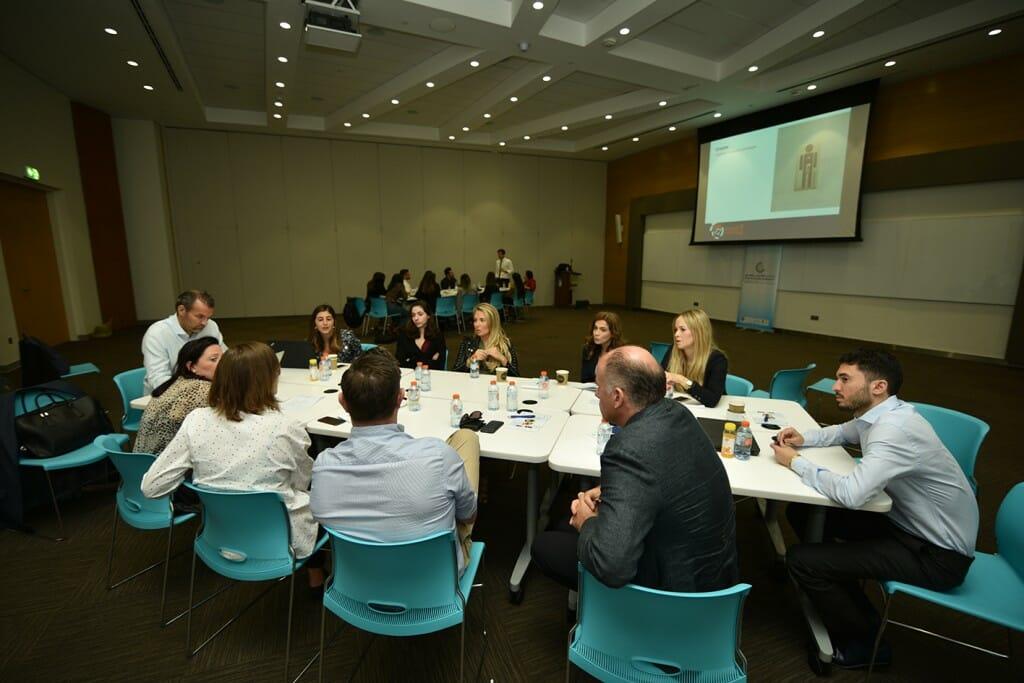 """وقام كل من الدكتور مارسيل سوست، الأستاذ في جامعة سان دياغو وخبير التسويق المبتكر، وجوليان بو مدير التسويق في شركة ليفيل شوز التابعة لمجموعة """"شلهوب جروب"""" بتقديم عرضين حول تحفيز الابتكار في التسويق خلال الورشة التي استمرت ليومين متتاليين في مبنى جامعة دبي."""