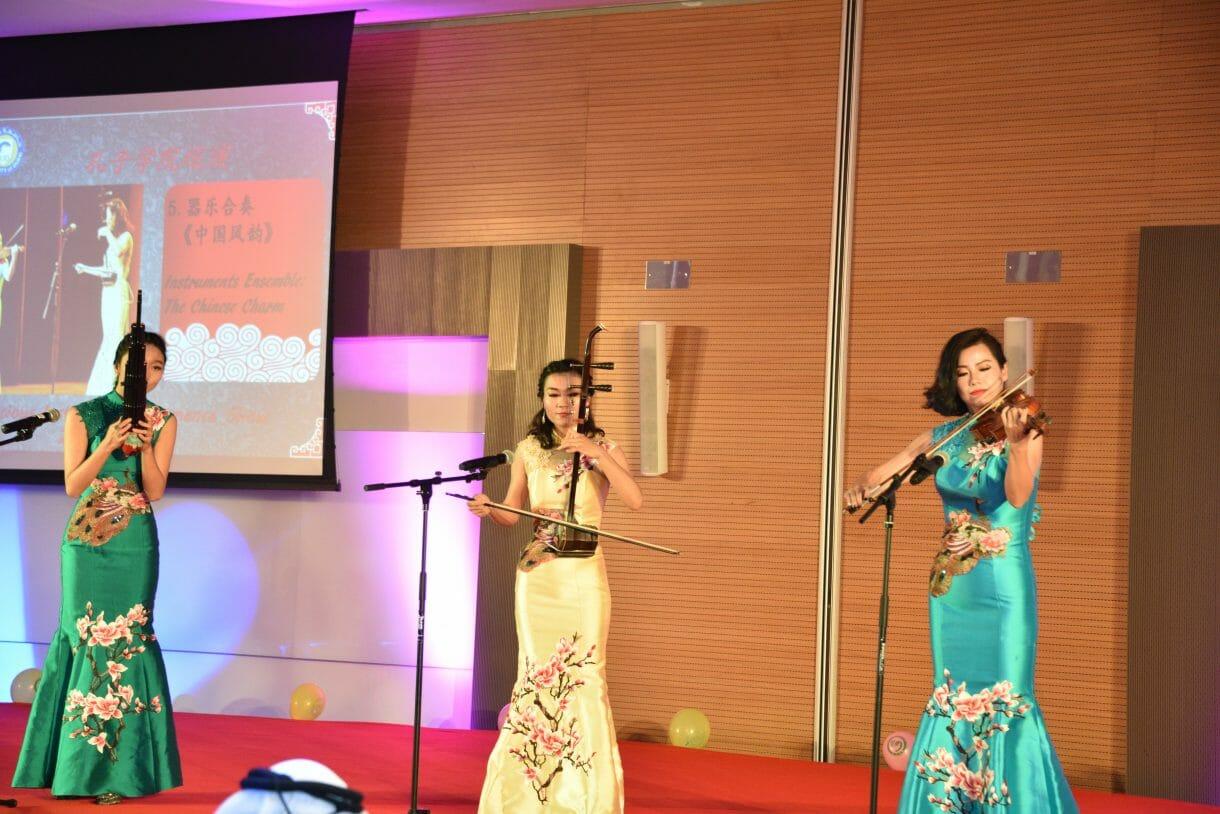 استضاف معهد كونفوشيوس في جامعة دبي فرقة صينية استعراضية عالمية لأول مرة منذ إنشائها، حيث قامت الفرقة بتقديم عروضات مسرحية راقصة جمعت أكثر من 24 طالباً من جامعة شاندونغ.